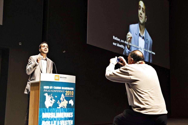 Taimullah Abu Laban, søn af den nu afdøde imam Abu Laban, holder tale ved Hizb Ut-Tahrirs årlige konference i Skandinavien.