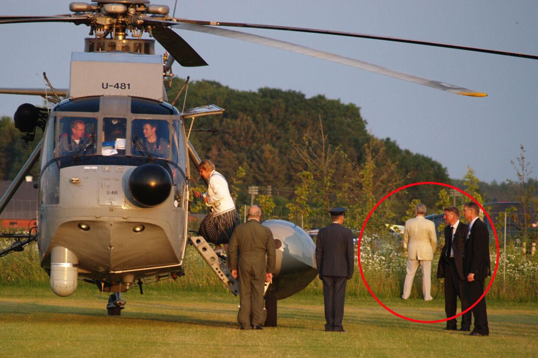 Prins Henrik er i baggrunden (markeret med rød ring) trådt af på naturens vegne, inden helikopterturen.