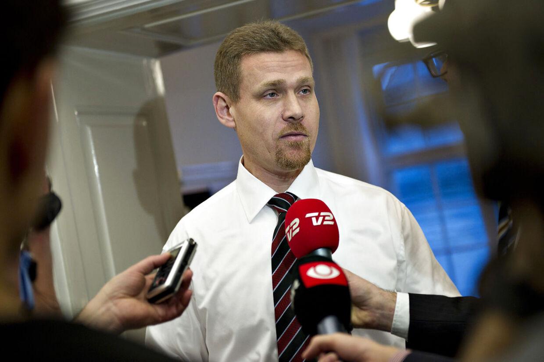 De Konservatives retsordfører, Tom Behnke, trak sig fredag som formand for Rådet for Sikker Trafik som følge af sag om omstridt lønforhøjelse til rådets direktør.