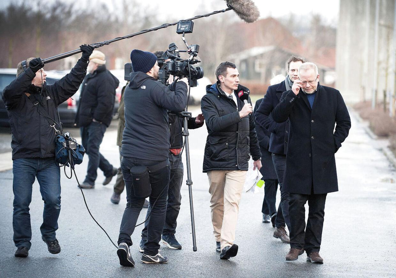 Det gik rigtig stærkt den dag. Og ingen journalister har lyst til at blive snydt af et set-up. Heller ikke jeg, forklare DRs reporter Anders Lindemann, der her stiller spørgsmål til Finn Stried Poulsen uden for retten i Hjørring.
