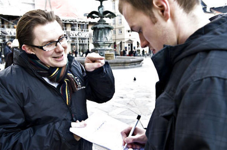 Simon Emil Ammitzbøll var tidligere på året i gang med at samle underskrifter ind for at få sit parti, Borligt Centrum, opstillet til Folketinget. De planer er nu droppet. Simon Emil Ammitzbøll var tidlgiere på året i gang med at samle underskrifter ind for at få sit parti, Borligt Centrum, opstillet til Folketinget. De planer er nu droppet.