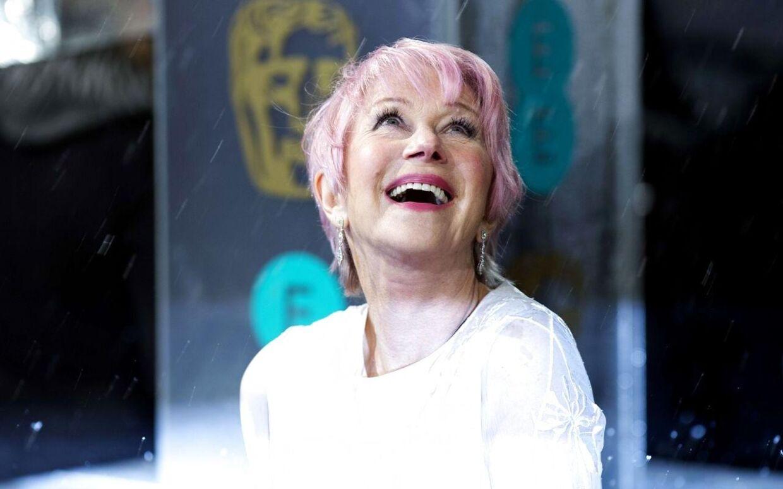 Hvem siger at lysten til at lege med sit udtryk slutter, når man passerer pensionsalderen? 67-årige Helen Mirren vakte opsigt på den røde løber ved BAFTA Awards med sit nye candyfloss-hår.