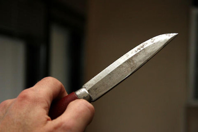 To mænd efterlyses efter knivoverfald på åben gade