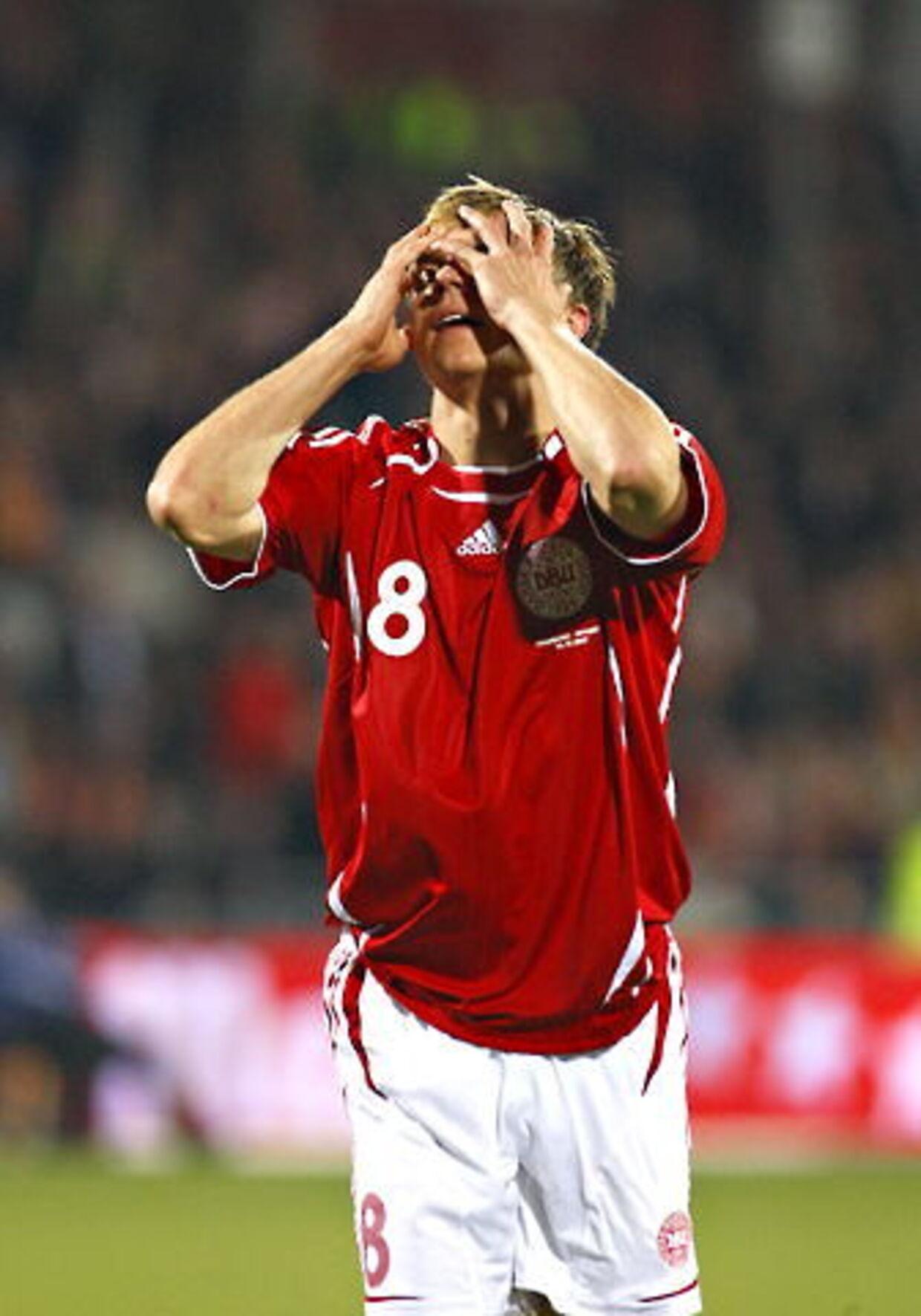 Jesper Grønkjær ærgrer sig over en af de spanske scoringer. Danmark tabte EM-kvalifikationskampen 1-3, og nu er det kun i den grå teori, at de rød-hvide kan komme med til EM-slutrunden.