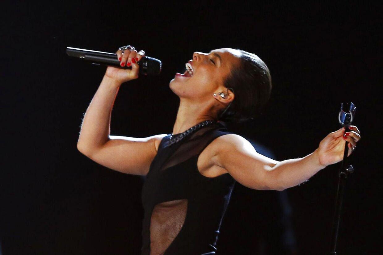Alicia Keys var flere gange ved at vise bryster under sin optræden til årets Grammyshow.