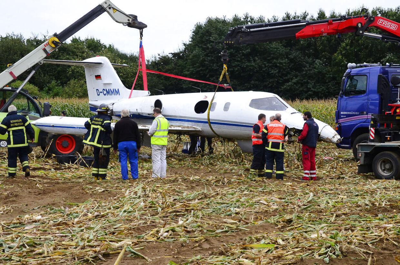 Det havarerede jetfly løftes fra jorden og slæbet ind i en hagar på Rønne Lufthavn søndag den 16. september. (Foto: Poul Erik Rath-Holm/Scanpix 2012)