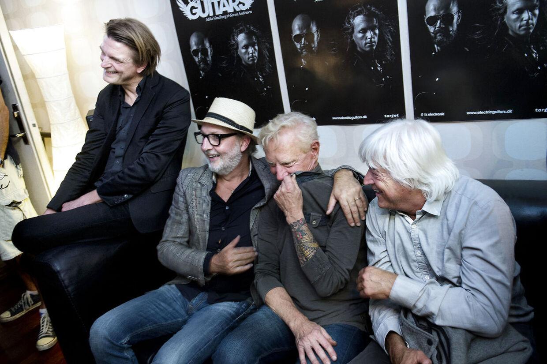 Electric Guitars i Medley Studiet. Jens Runge, Aske Jacoby, og Billy Cross genkender Frank Beckerlees guitarsolo under afspilning i studiet.