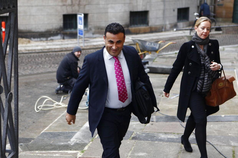 Naser Khader på vej mod byretten tirsdag morgen