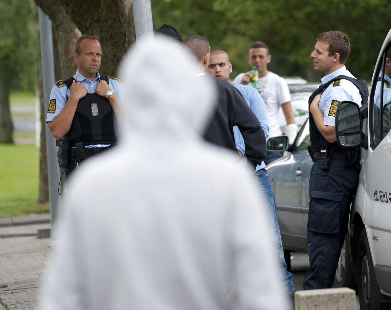 Politi er tilstede i bydelen Vollsmose i Odense tirsdag d. 21 august 2012. Fyns Politi har anholdt seks personer tidligere i dag ved en aktion i Vollsmose, efter at unge stormede skadestuen på Odense Universitetshospital mandag. Volsmose