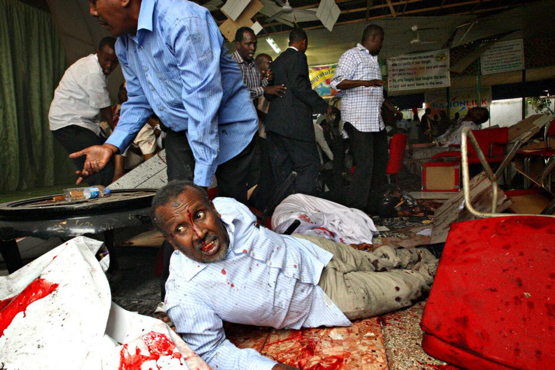 Aktionen skete ved en ceremoni for nyuddannede læger på et stort hotel midt i byen. Her forsøger en såret mand at krybe i sikkerhed kort efter bomben detonerede.