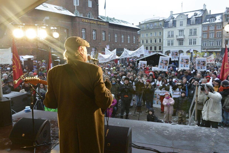 Kim Larsen synger for, mens tusindvis af lærere fra Odense og Jylland er gået på gaden i Odense for at demonstrere mod regeringens vækstplan.