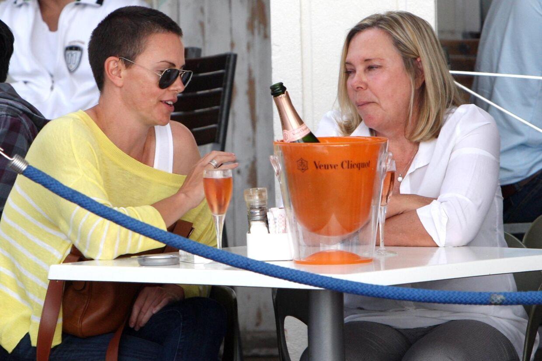 Hvem er denne korthårede og solbrillebærende kvinde, der nyder en eftermiddagsaperitif med mor i Cape Town? Du kender hende måske, men du vil ikke tro dine egne øjne, når du klikker videre i billedserien og ser, hvem det er.