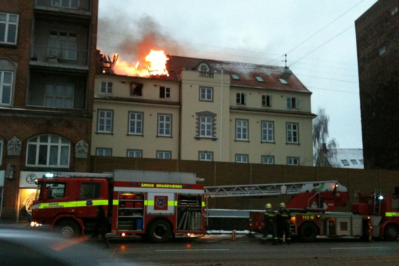 12 køretøjer og op til 30 brandmænd er involveret i  slukningsarbejdet under branden i Århus.