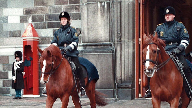 Arkivfoto: Dansk Folkeparti og de Konservative vil forsøge at få genindført de ridende betjente i de igangværende politiforhandlinger. Hvis det styrker politiet, er Socialdemokraterne også med. Her ses to betjente til hest på Amalienborg Slotsplads i 1998.