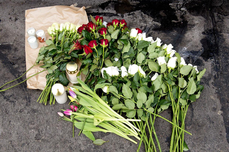 Københavns Politi formoder, at den 21-årige mand, som lørdag morgen blev knivdræbt på in-stedet Bakken i Kødbyen på Vesterbro i København, blev stukket ned på selve dansegulvet fortæller politikommissær Carsten Ahrends. Her blomster ved drabsstedet (Foto: Claus Bech/Scanpix 2012)
