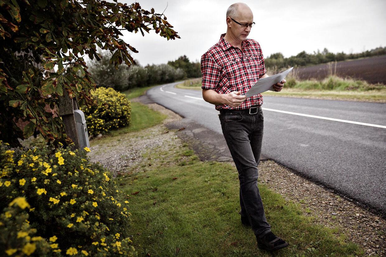 Bo Lyngvig læser korrespondancen med Herning Kommune, som udleverede oplysninger om hans økonomi uden hans samtykke.