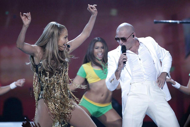 Og så var der to : I sidste øjeblik har Jennifer Lopez trukket sig ud af VM-åbningsfesten i Sao Paulo. Torsdag aften bliver det derfor kun Pitbill og den brasilianske Claudia Leitte