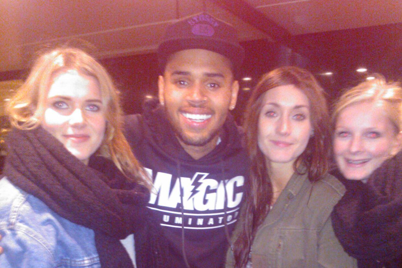 Chris Brown og en stak danske fans, hvor den omtalte trøje er ganske synlig.