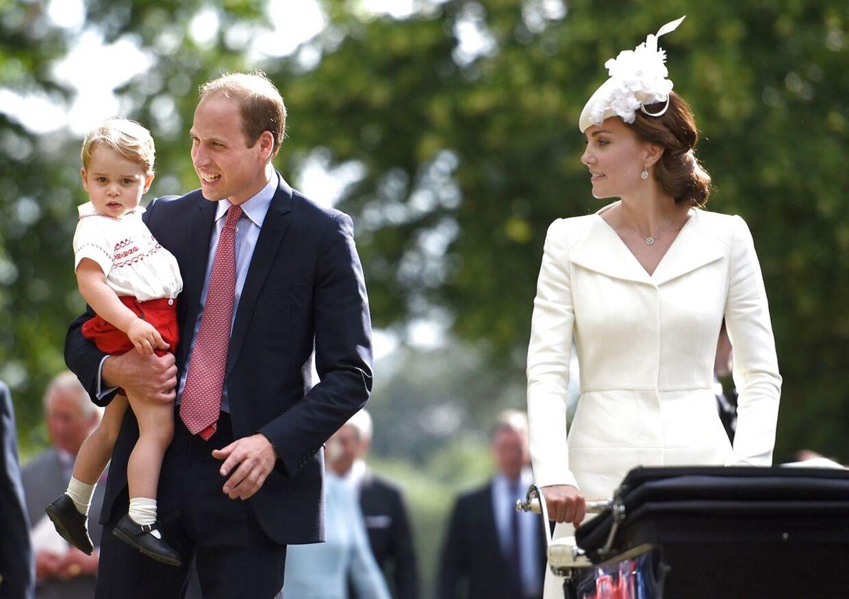 Her ses lille prins George af Cambridge sammen med sine forældre, prins William og hertuginde Catherine, der skubber parrets datter i barnevognen, prinsesse Charlotte a Cambridge.