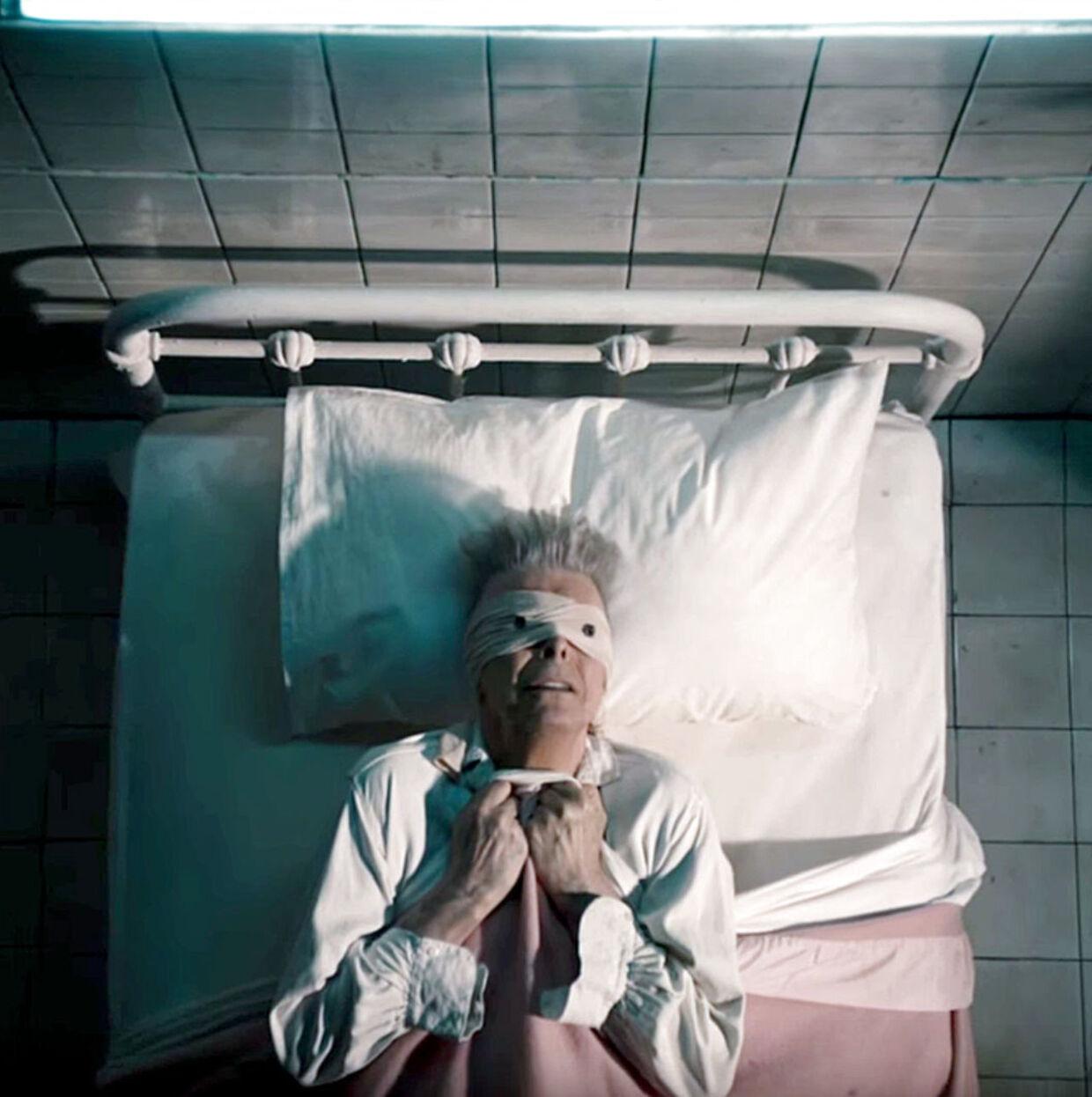 David Bowie var, som Elton John beskriver, meget nøje i iscenesættelsen af sin egen død. Her er han i videoen til nummeret 'Lazarus', hvor han nærmest profetisk forudser sin egen død få dage senere. Videograb fra Lazarus. David Bowie