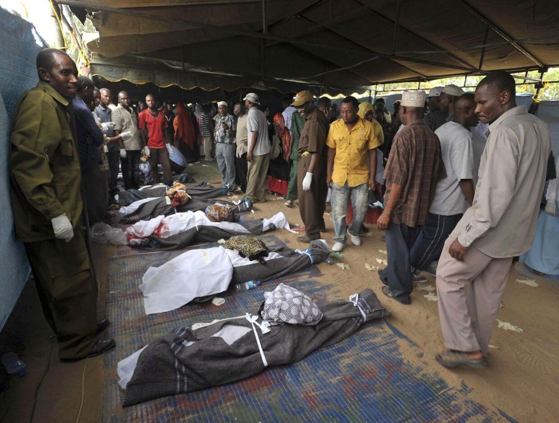 Pårørende identificerer omkomne efter katastrofen ud Zanzibar den 10. september. Nu viser det sig, at den forliste færge var fyldt til bristepunktet med passagerer.