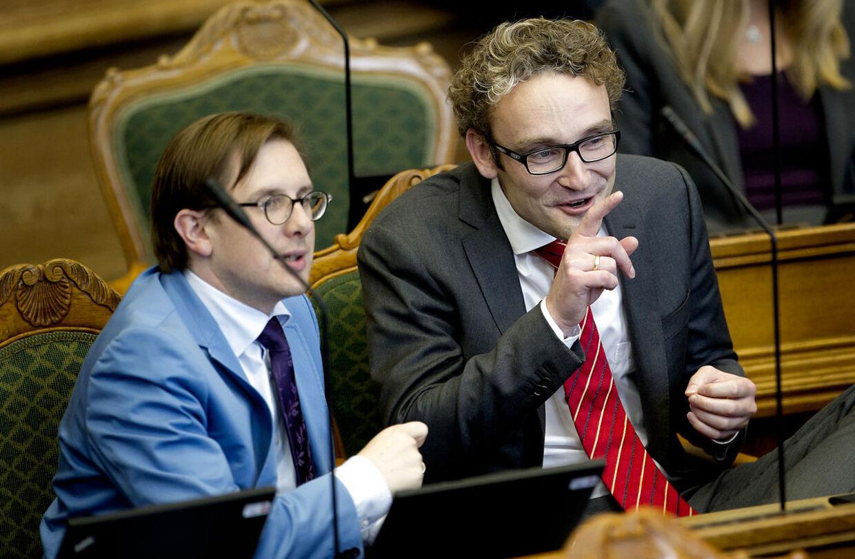 Ole Birk Olesen (th) mener, at Enhedslistens vælgere ikke rigtig ved, hvad det er for et parti.