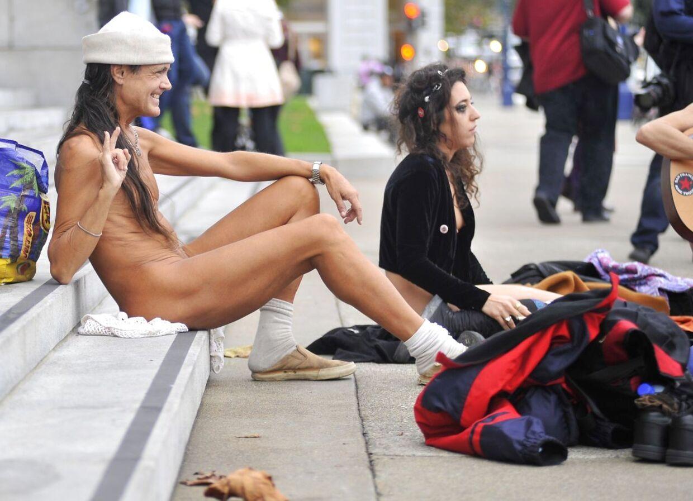 Demonstranter protesterer mod den nye anti-nudist lov foran San Franciscos rådhus.