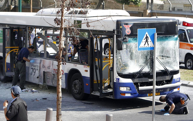 Politiet undersøger gerningsstedet efter eksplosionen, der skete midt i Tel Aviv