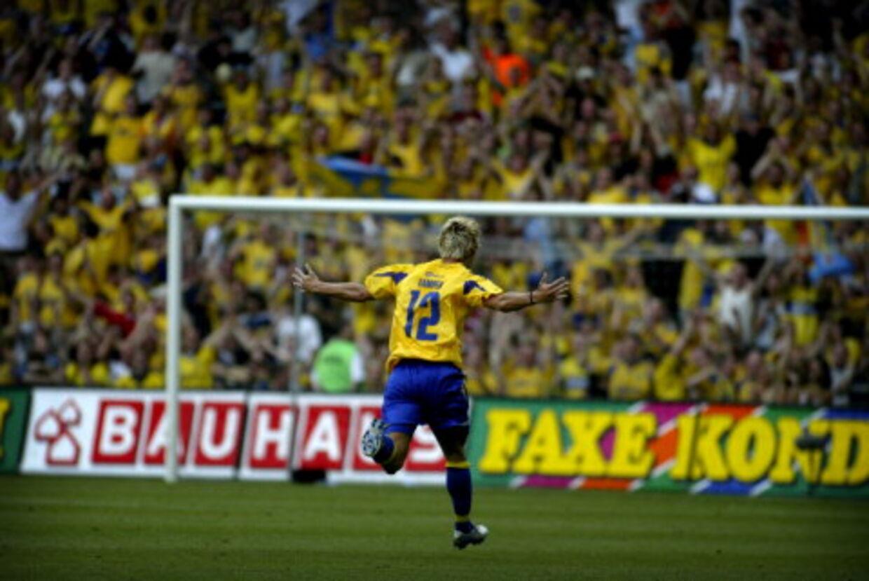 Brøndbys Jonas Kamper har scoret til slutresultat 2-0 mod Viborg og modtager hjemmepublikummets hyldest. Foto: Peter Clausen