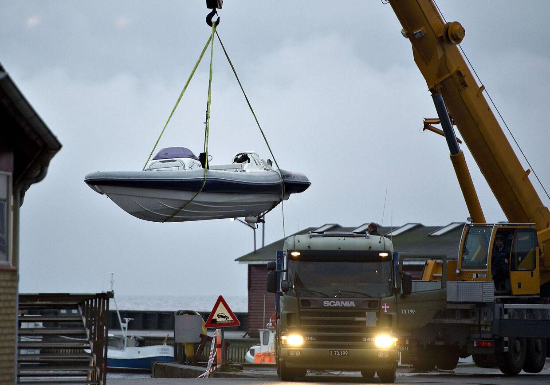 Smugler dræbt i Aalbæk Havn. Smuglerbåden hejses op på lastbil for at blive kørt væk tidligt mandag morgen den 7. januar på Ålbæk Havn. (Foto: Henning Bagger/Scanpix 2013)