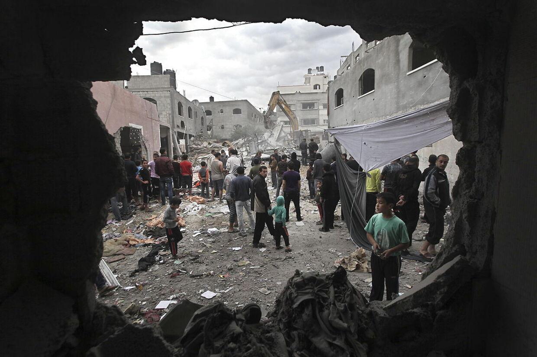 Palæstinensere leder efter ofre for et israelsk luftangreb i flygtningelejren Jabaliya i Gaza den 17. november.