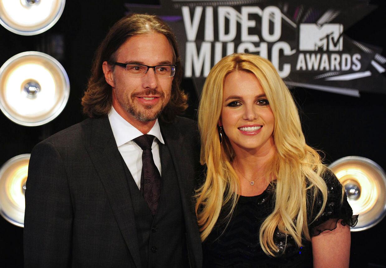 Britney Spears og Jason Trawickskal ikke giftes alligevel. De har aflyst deres bryllup, som skulle have fundet sted i slutningen af december. Her er parret fotograferet ved ankomsten tilMTV Video Music Awards 2011.