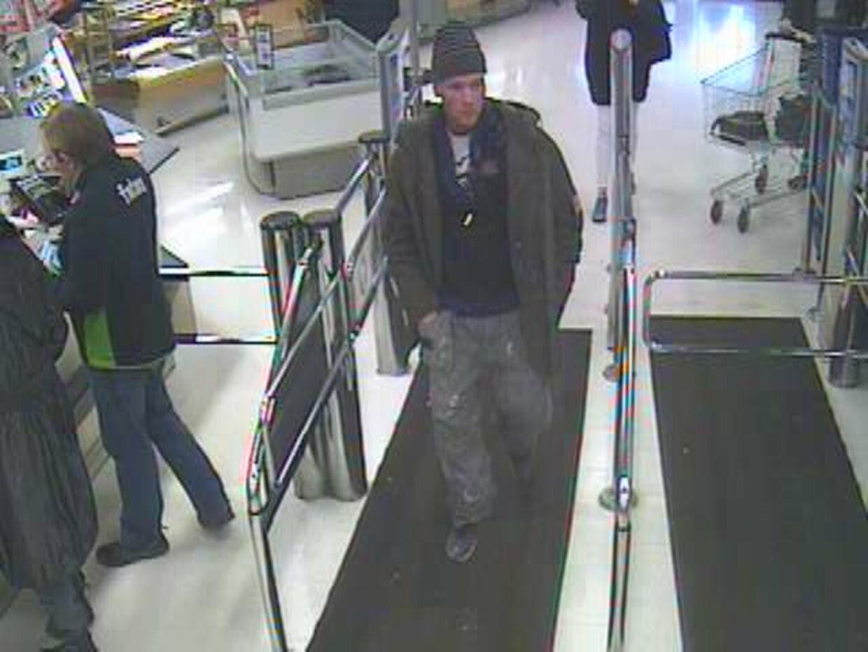 Politiet har endnu ikke fundet frem til røveren fra Føtex i Roskilde og ønsker derfor hjælp fra folk, der kan kende til røveren, der beskrives som en dansk mand mellem 20 og 30 år. Her ses han på et overvågningsfoto fra forretningen.