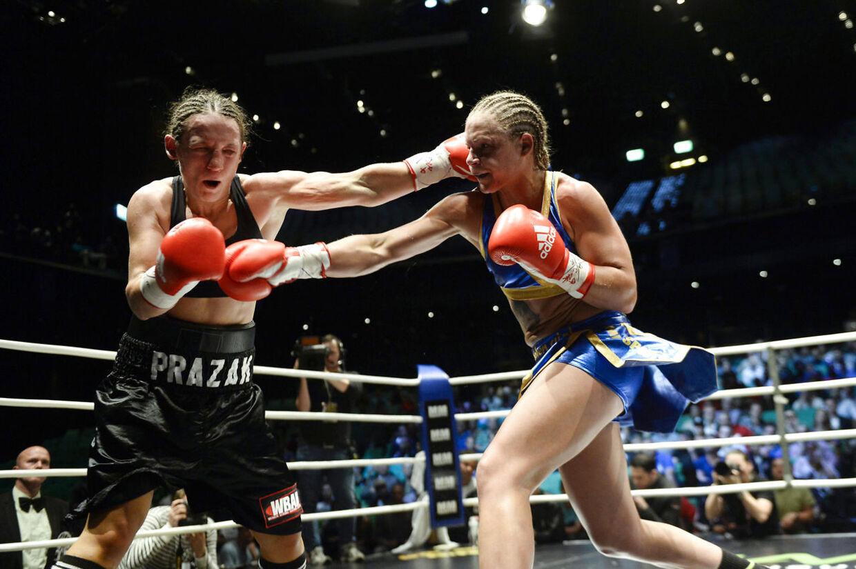 Frida Wallberg (th.) i den kamp mod Diana Prazak (tv.), der kostede hende en hjerneblødning.