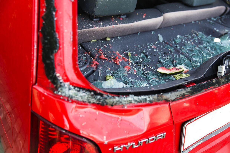Bagruden blev smadret, og der var glasskår og vandmelon overalt i bilen efter episoden.