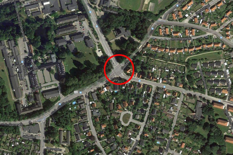 Da bilerne kommer op til et lyskryds ved Mads Holms Vej/Gefionsvej, kommer de til at holde ved siden af hinanden.