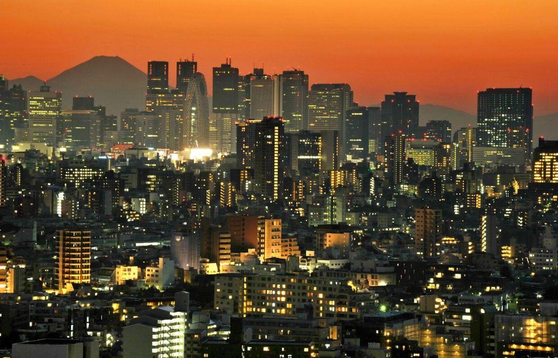 Japans højeste bjerg, Fuji, resjer sig over skyskraberne. Snart er den udsigt helt væk for indbyggerne i Tokyo.