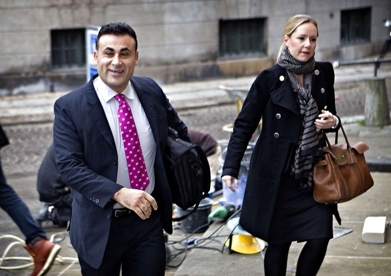 Naser Khader vil af med beskyldningerne om at han har fået udført sort arbejde. Her ankommer han med sin advokat Liv Helth Lauersen til byretten i København.