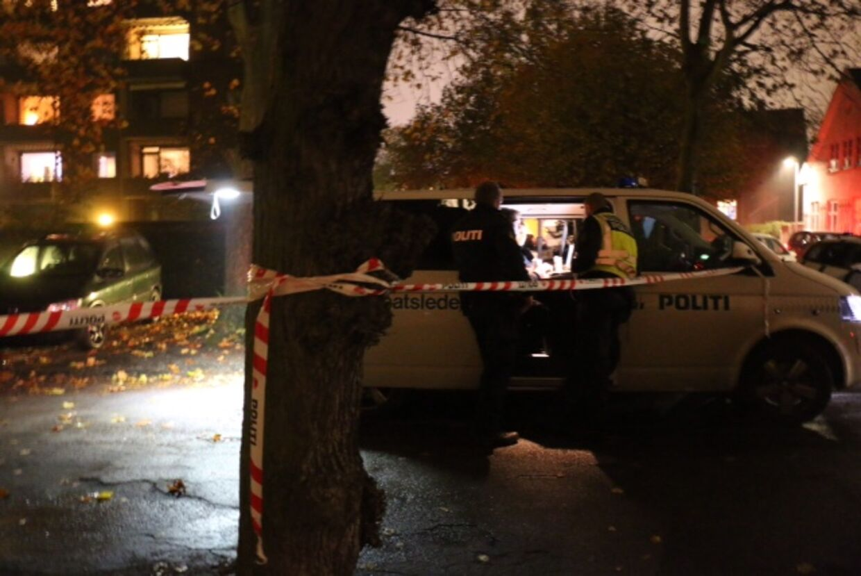 Politiet har fredag aften afspærret et område omkring kvindens lejlighed og er til stede med teknikere og hundepatruljer.