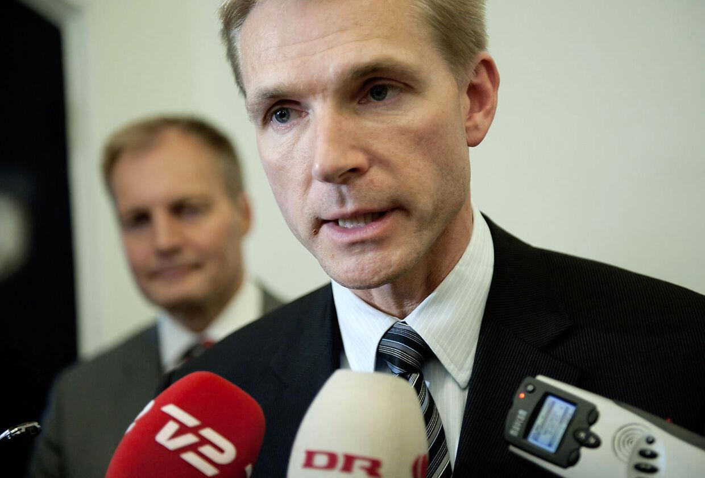 Kristian Thulesen Dahl og Peter Skaarup (bagest) fra Dansk Folkeparti taler med pressen efter det indledende møde om finansloven mandag d. 11 oktober 2010 i Finansministeriet.