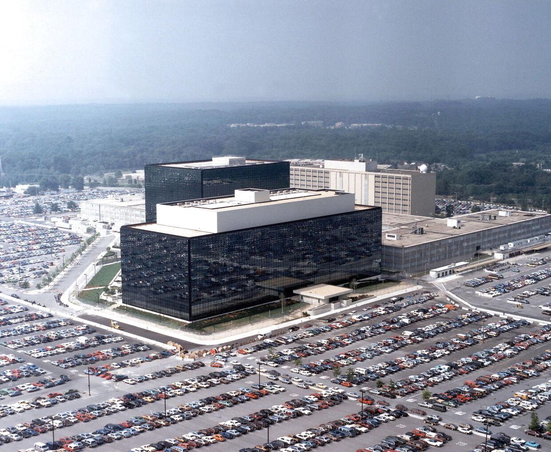 Hovedkvarteret for den omstridte amerikanske efterretningsorganisation NSA (National Security Agency) i Fort Meade, Maryland. Afsløringer fra den afhoppede efterretningsarbejder Edward Snowden har resulteret i en global debat om NSAs aflytninger og aftapninger af millioner af telefonsamtaler og internettrafik, samt påstået spionage rettet mod nære allierede, herunder den tyske forbundskansler. Nu viser det sig, at den danske militære efterretningstjeneste, Forsvarets Efterretningstjeneste, i 90'erne advarede mod at overlade forsvarets it-systemer til det amerikansk ejede IT-firma CSC, netop af frygt for, at amerikanske myndigheder ville skaffe sig adgang til de hemmelige oplysninger.