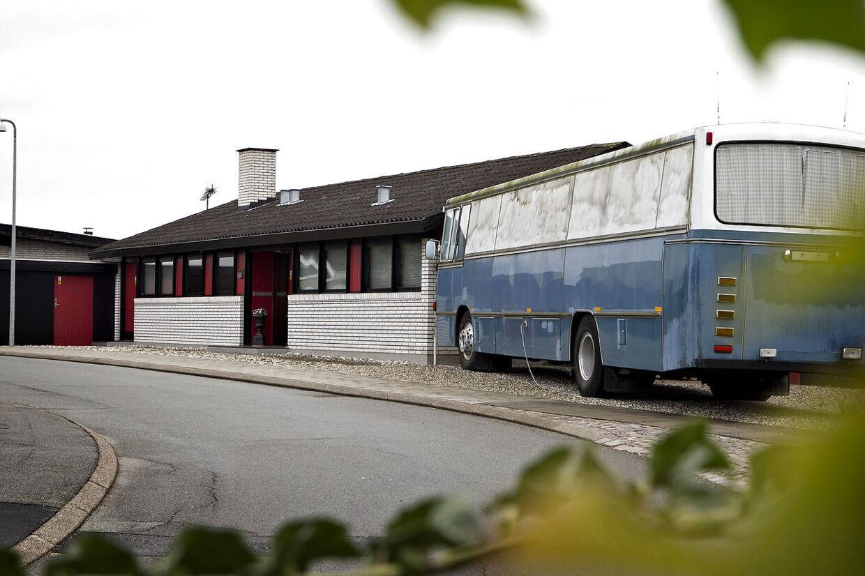 En 4-årig dreng blev fundet i en garage til dette hus på Skovgårdsvej i Helsingør. Ingen vidste, han eksisterede - udover forældrene, som skjulte ham for omverden.