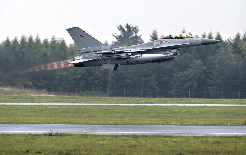 Danske fly letter mod Kuwait - 7 danske F 16 fly lettede torsdag formiddag mod en base i Kuwait. Det skete fra Flyvsation Skrydstrup. Her ses chefen for indsatsen. (Foto: Claus Fisker/Scanpix 2014)