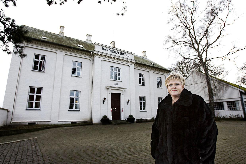 Ruth Evensen fra Faderhuset foran Bandholm Hotel på Lolland, hvor menigheden har til huse.
