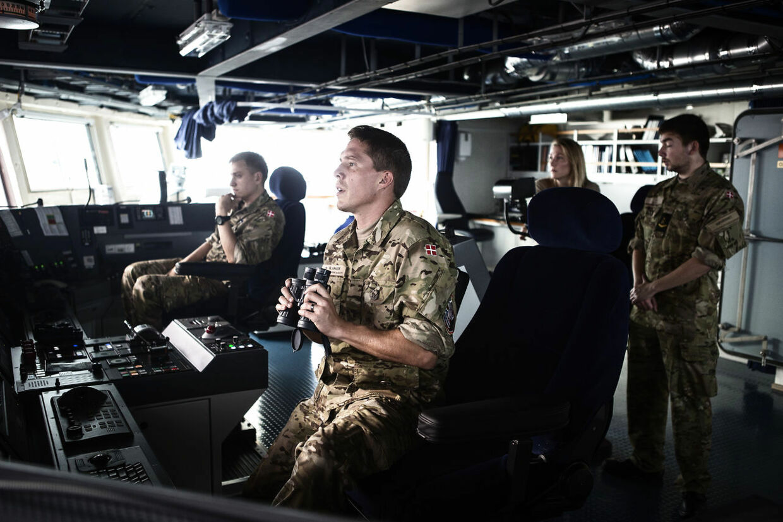 De danske specialstyrker Jægerkorpset og Frømandskorpset samt deres europæiske specialstyrkekolleger afholdte i år den storstilede Night Hawk øvelse. Søndag d. 28 september 2014 skulle frømandskorpset som en del af øvelsen, boarde containerskibet Mary Mærsk og befri gidsler. Her er det skibsbesætningen på fregatten Niels Juel der lægger kursen, for at være oppe på siden af containerskibet Mary Mærsk, når Frømandskorpset boarder skibet.