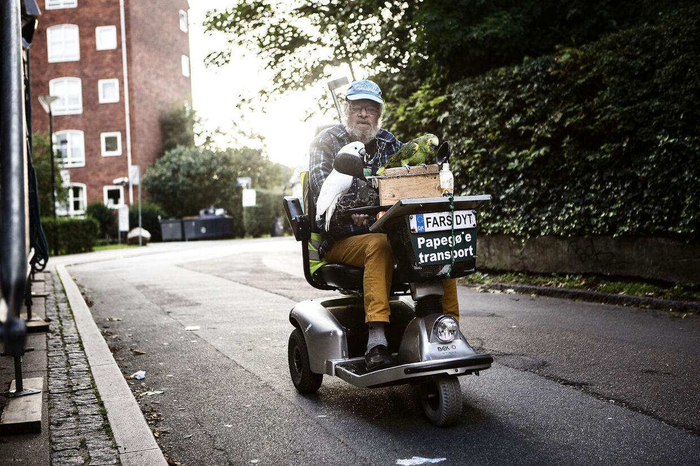 72-årige Erik Jørgensen står tidligt op hver dag, og kører en lang tur på hans scooter gennem København. Han er dog aldrig alene. Med sig har han altid sine papegøjer Chapper og Jøgge, som i den grad tiltrækker sig opmærksomhed, fra forbipasserende.