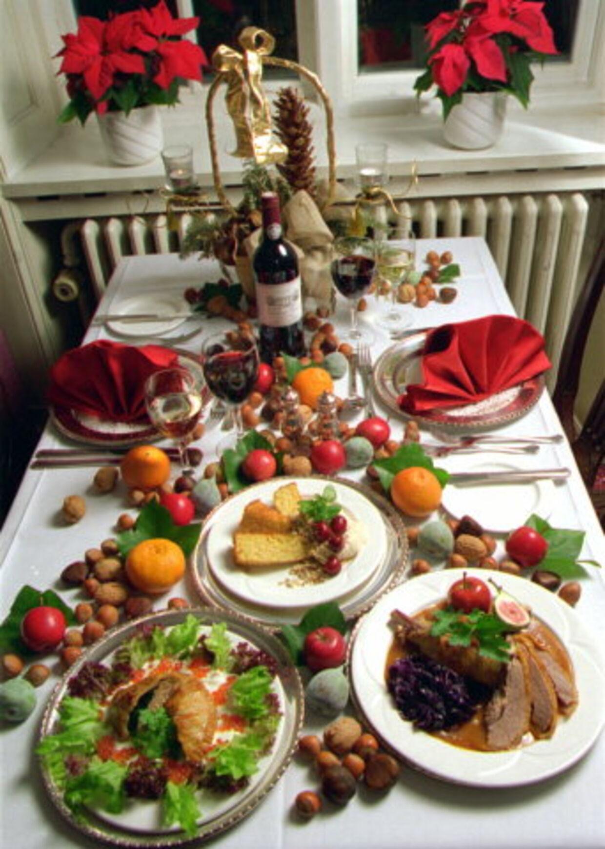 JULEBORDETS GLÆDER: Enhver, der har prøvet at stå for familiens julearrangement, ved. at det er en kæmpeopgave - både logistisk og tidsmæssigt - at lave den traditionelle julemad. Ved at holde julen ude, kan man i stedet bruge tiden og energien på at hygge sig med familien og komme i den rette stemning. <br>Foto: Søren Steffen