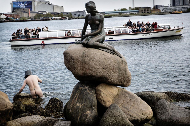 9. Kunstneren Uwe Max Jensen markerer 50-årsdagen for den lille havfrues halshugning med en happening, hvor han nøgen og bevæbnet med en sav lader som om, at han skærer hovedet af den lille havfrue.