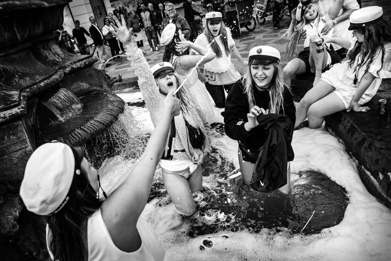 10. Årets studenter springer ud - i Storkespringvandet.