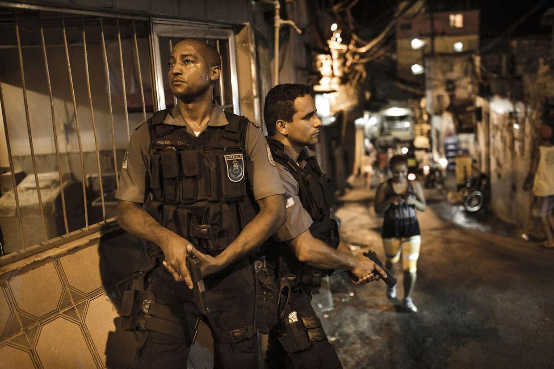 1. Rocinha, den største favela i Brasilien. Inden VM i fodbold i 2014 og OL i 2016, som afholdes i Brasilien, er politiet rykket talstærkt ind i favelaerne for at få styr på kriminaliteten i de fattige kvarterer.